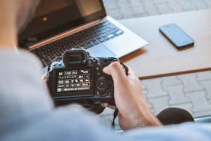 Kamera und Laptop