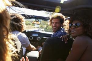 freunde unterwegs im auto